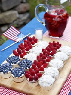 Cupcake Diaries: 10 Fourth of July Party Food Ideas. Love these cupcakes! You can do a variety instead of one big cake. Fourth Of July Food, 4th Of July Party, July 4th, 4th Of July Food Sides, Holiday Treats, Holiday Recipes, Holiday Fun, Flag Cake, 4th Of July Decorations