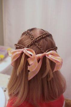 Con lazos blancos más pequeños sería un sencillo y bonito peinado de comunión.