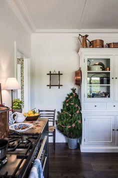 Fresh Christmas Trees, Cottage Christmas, Christmas Kitchen, Cozy Christmas, Christmas Time, Pine Kitchen, Cozy Kitchen, Kitchen Living, Unfitted Kitchen