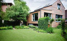 Dom s dreveným obkladom Golf Courses, Garage Doors, Cabin, House Styles, Garden, Outdoor Decor, Home Decor, Atelier, Garten