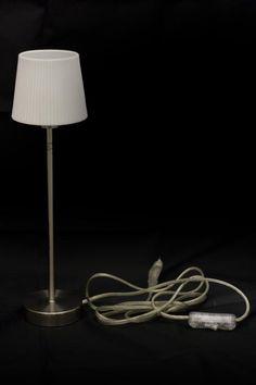 Lámpara de estilo minimalista con pie de aluminio y tulipa de porcelana blanca. Perfecta para rincones pequeños.  www.tatamba.com