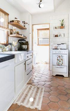 Kitchen Shelves, Kitchen Tiles, Kitchen Flooring, New Kitchen, Vintage Kitchen, Kitchen Decor, Kitchen With Tile Floor, Spanish Tile Kitchen, Kitchen Living