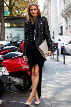 Olivia Palermo, con chaqueta de inspiración militar de Boda, falda asimétrica de Witchery, top de Tibi, bolso sobre de Smythson y stilettos con pulsera de Gianvito Rossi.