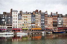 Kuvauksellinen Honfleur on täynnä viehättäviä kahviloita ja ravintoloita.