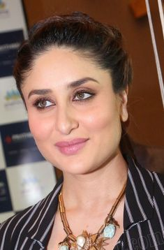 """These close up clicks are everything ❤️"" Kareena Kapoor Images, Kareena Kapoor Saree, Priyanka Chopra, Deepika Padukone, Indian Bollywood Actress, Bollywood Actress Hot Photos, Beautiful Bollywood Actress, Most Beautiful Indian Actress, Bollywood Fashion"