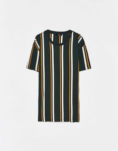 Camiseta con estampado de rayas Apparel Clothing, Mens Clothing Styles, Vertical Striped Shirt, Tribal Shirt, Stylish Mens Outfits, Fashion Outfits, Mens Fashion, Outfits For Teens, Streetwear