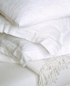 cela me rappelle les armoires où nos grands-mères rangeaient le linge... draps, nappes, couvertures... le tout soigneusement repassé, plié et parfumé de lavande ou de roses fanées...