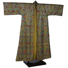 Men's dressing gown, ca. 1707-1720.  From the Victoria & Albert Museum.  In the 18th century, what we now call a dressing gown or a robe was called a nightgown, morning gown or banyan and was something like a light jacket meant to be worn in the mornings and evenings around the house.  This one is inspired by Japanese kimonos and was woven in England.