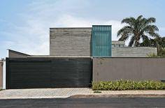 Concreto, vidro e madeira protagonizam a construção de casa em BH - Casa Home Gate Design, Main Gate Design, Villa Design, Dream Home Design, My Dream Home, House Design, Mexico House, Gate House, House Front
