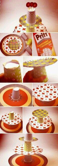 Con platos de carton y vasos de carton