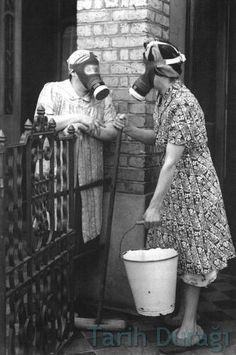 1. Dünya Savaşı'nda kimyasal gaz kullanımı o kadar yaygınlaşmıştı ki, İngiltere'de halk gündelik hayatlarında sürekli gaz maskesi ile dolaşıyordu.   The use of toxic gas in World War 1 was a major military innovation. Gases have continued as chemical agents such as tear gas, mustard gas and chlorine.    #gas #toxic #war #worldwar1 #ww1 #gun #weapon #england