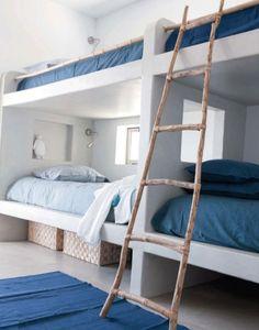 Habitación compartida con madera, blanco y azul