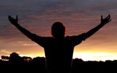 Louvando a Deus de coração - Seguir Jesus. O louvor a Deus é o fruto natural dos lábios que confessam o seu nome. É a manifestação espontânea do coração daqueles que tem provado o amor do Senhor. Gostamos de elogiar e honrar àqueles com quem temos um relacionamento de amor.
