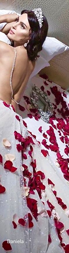 Beautiful Gowns, Beautiful Flowers, Romantic Table Setting, Glamour World, Fairy Crown, A Night To Remember, Floral Fashion, White Fashion, I Got Married