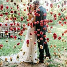 Beijo cheio de amor para aquecer nossa noite! ❤️ Quem também amou esse altar com cortina de flores? - In love with this flowered curtain! What a romantic altar! { via @amopapelconvites} #berriesandlove #onamorocomeçanocasamento #justmarried #casamento #noivos #blogdecasamento #weddingblog