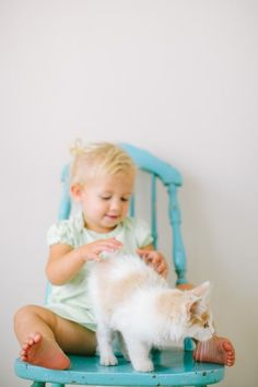 every kid needs a cat :) jenny haas photography Little People, Little Ones, Turquoise Cottage, Turquoise Chair, Cute Babies, Baby Kids, Cute Funny Pics, Baby Family, Family Life