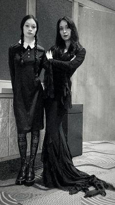Make your own Morticia Addams costume from Addams Family/Values, perfect for cosplay convention and Halloween including dress, wig and makeup. Great Halloween Costumes, Halloween Fancy Dress, Halloween Themes, Adult Costumes, Halloween Decorations, Costume Ideas, Morticia Addams Costume, Jab Comics, Addams Family Values