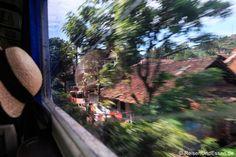 Vorbei an Häuser bei der Zugfahrt mit Argo Wilis von #Bandung nach #Yogyakarta