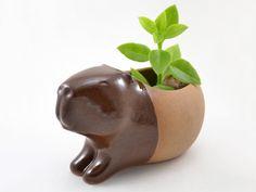 Cumbuca em formato de capivara feita de cerâmica de alta temperatura. Esmaltada na cor marrom.  Feito à mão.  Design exclusivo CumbucaChic.
