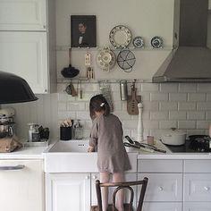 Azulejos solo hasta media altura. y el acero para colgar las cosas en el límite. Världens bästa hjälpreda / The very best help in our kitchen