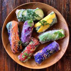 Rainbow Summer Rolls ☀️ My favorite was mango, avocado + zucchini noodles... no surprise there! Dipped in peanut sauce... Oooooo eeee! .  @raw_manda