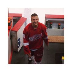 Glenny the smiley guy Luke Glendening, Red Wings Hockey, Go Red, Detroit Red Wings, Hockey Teams, Hello Beautiful, Griffins, Guys, Smiley