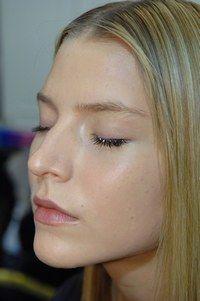 Diskret - Beauty-Trends vom Laufsteg: - Eine transparente Grundierung auf heller Haut und super natürliche Lippen bei Eymeric François. Uns gefällt: das raffinierte und doch so schlichte Make-up. Das Augeninnere wird durch sanftes Weiß unterstrichen...