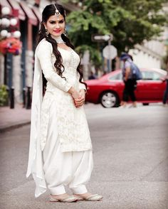 Kaur B post bollywood mashup 'Kaur . White Punjabi Suits, White Salwar Suit, Punjabi Suit Simple, Indian Suits, Indian Attire, Salwar Suits, Indian Wear, White Suits, Punjabi Dress