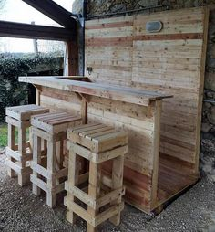 13 Creative Outdoor Bar Ideas for Your Backyard Inspiration Wood Pallet Projects Backyard Bar Creative ideas Inspiration Outdoor Wood Pallet Bar, Pallet Decking, Wood Pallet Furniture, Wood Pallets, Furniture Ideas, Cafe Furniture, Garden Furniture, Pallet Bar Stools, 1001 Pallets