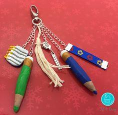 Mon #bijou de #sac thème #école ✄. Le tuto ici : http://www.fil-et-croq.com/#!Mon-bijou-de-sac-thème-école-✄/rvpsz/570ea9540cf2af49d7100c1f #cadeaumaitresse #cadeau #maitresse #fimo #polymere