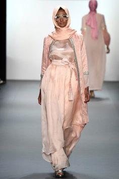 Anniesa Hasibuan - Runway - September 2016 - New York Fashion Week: The Shows Islamic Fashion, Muslim Fashion, Modest Fashion, Hijab Fashion, Runway Fashion, Fashion Trends, Women's Fashion, Kawaii Fashion, Lolita Fashion