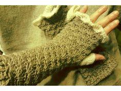 出来るだけ肌を出したくないので、長めのハンドウォーマーを編みました。