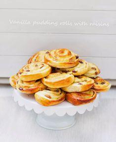 Vanilla pudding rolls / Šneci z kynutého těsta s vanilkovým pudinkem a roz. Doughnut, Food And Drink, Sweet, Desserts, Recipes, Pastries, Vanilla, Rolls, Pudding