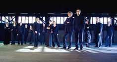 """Das Ensemble Resonanz macht vieles anders als andere Klassik-Kappellen. Während andernorts in alten Konzerthallen einem alten Publikum die alten Meister vorgesetzt werden, mischen die """"demokratiesüchtigen Streicher"""" von Hamburg aus den Klassikbetrieb auf. Nicht weniger als den Clash von Tradition und Moderne, von Klassik und Neuer Musik, von alten und zeitgenössischen Meistern hat sich das Ensemble Resonanz auf die Fahnen geschrieben."""