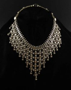 A not so old silver necklace from the nomad people in Rajasthan (India). Nice work and beautiful chain. The necklace is 39 cm long (15,35). It