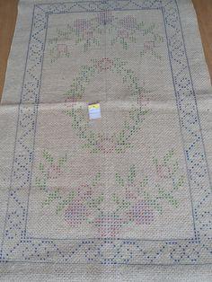 Tela em juta, pintada p/ ser bordada com lã p/ tapeçaria em ponto Arraiolos.  As dimensões especificadas ref. ao tamanho da tela como um todo. 0,55 X 0,94 cm