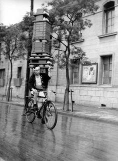 職人の技 Japanese Demae (de.livery service) Many small resturants offer this service. Today mopeds are used.