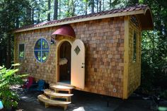 This is the Music Box Tiny House. It's built by Zyl Vardos in Olympia, Washington. This tiny home is 24′ long, 8.5′ wide, and 14′ high. The bed is on the ground floor and it…