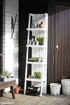 Nikkaroi kätevä kasvihylly - katso kuvalliset ohjeet! Hylly toimii terassilla taimi- ja sisätiloissa viherkasvihyllykkönä.