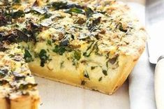 Lekker vinninge Spinasie Quiche 1 Bossie spinasie 250 g Sampioene 1 Groot ui 100 g Spek Sout, swartpeper en knoffel na smaak 1 ½ Koppie kaas 1 ½ Koppie witsous Metode: Was spinasie goed af en sny i… Quiche Recipes, Tart Recipes, Side Dish Recipes, Savory Snacks, Savoury Dishes, South African Recipes, Ethnic Recipes, Baked Mussels, Quiche Lorraine Recipe