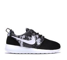 Nike Womens Roshe Run Print Trainer | Black / White / Cool Grey | Footasylum