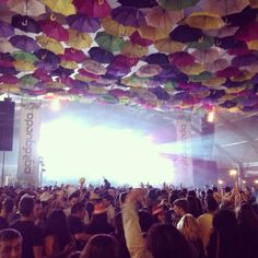 Mãos no ar!!! @agitagueda não pára ✌️ #agitagueda #agitagueda2014 #agueda #jasofaltastu #music #concerts #umbrellas #streetart #umbrellaskyproject #agueda #cmagueda #media #arteurbana #chapéus #céu #música #arteurbana