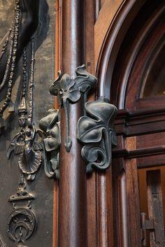 En 1901, Mucha conçoit la Bijouterie Fouquet rue Royale à Paris qui fut démontée en 1923 et exposée aujourd'hui, reconstituée, au Musée Carnavalet.