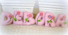Letras em feltro,com flores bordadas e pedrarias para decoração de guirlandas,enfeites de porta,este valor refere-se a unidade,pode ser elaboradas em outras cores R$ 8,99