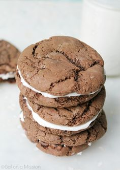 Chocolate Sandwich Cookies - Thick chocolate crust with a wonderful cream filling. Tastes just like a large Oreo. Kiss Cookies, Snowball Cookies, Cake Cookies, Sugar Cookies, Fun Desserts, Delicious Desserts, Dessert Recipes, Cookie Swap, Cookie Bars