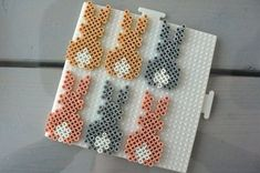 A garland made of iron on beads, especially for Easter! Very nice and of course simple. Hama beads or Perler beads are very easy to use. Perler Bead Templates, Diy Perler Beads, Perler Bead Art, Pearler Beads, Hama Perler, Hama Beads Design, Hama Beads Patterns, Beading Patterns, Art Perle