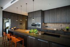 Apartment Warschau Zentrum luxuriös weiß Sofa Couch Lampe geräumig zeitlos dunkel