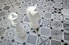 Detalle de Stand de Cersaie 2013 de Vives Azulejos y Gres. Piezas de ajedrez sobre pavimento Vodevil (Octógono Variette Sombra) l #CulturaDeco #VivesAzulejosyGres #stand #CERSAIE 2013 l #ajedrez #PiezasAjedrez l #Vodevil #Variettesombra  l #Chess #Chesspieces
