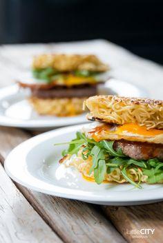 Ramen Burger Rezept mit Ei, Rucola, Beef & Ramen Nudeln
