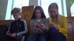 Puhelin on koulussa yleensä äänettömällä. Kännykän käyttöön kouluissa ollaan luomassa ohjeita.